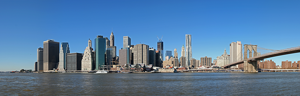 고층 건물이 늘어서 있는 미국 도시의 모습.