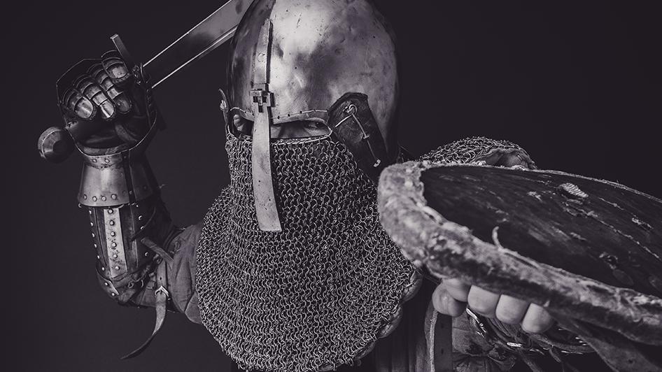 중세 서양의 갑옷과 검, 방패로 무장한 모습.
