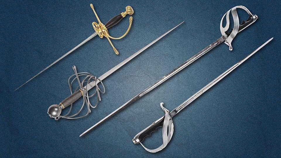 철로 만들어진 다양한 형태의 검들.