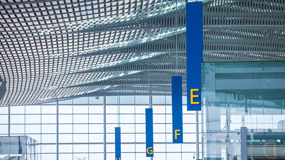인천공항 제2여객터미널 내부 천장 모습.