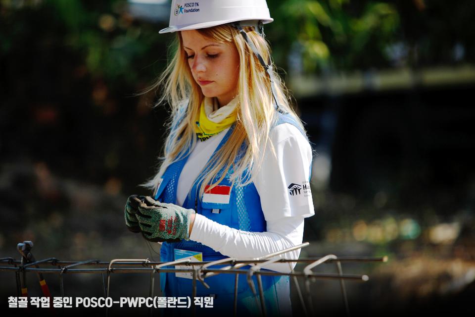 철골 작업 중인 POSCO-PWPC(폴란드) 직원.