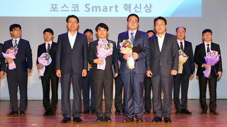 포스코 Smart 혁신상을 수상하는 김병인 교수