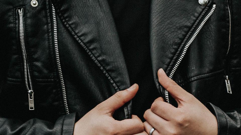 다양한 지퍼로 장식된 검은색 옷.