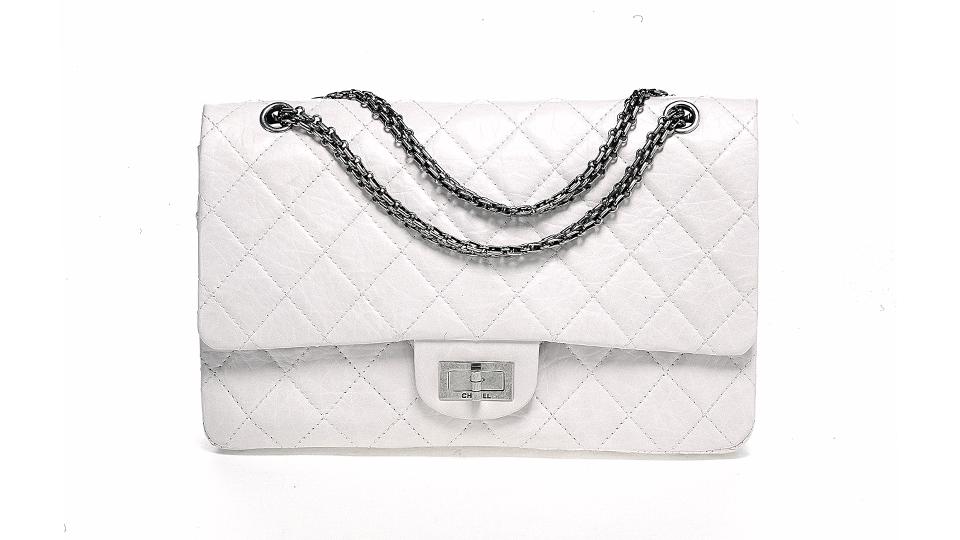 스틸로 포인트를 더한 흰색 가죽 가방.