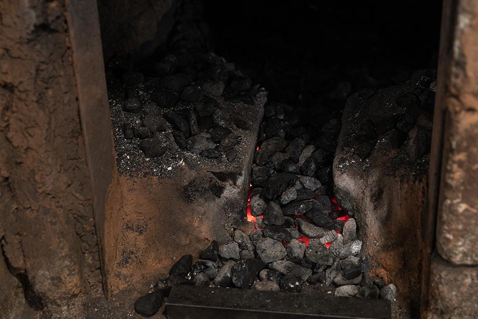 대장간에서 불타고 있는 숯의 모습