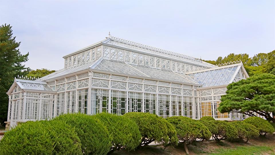 대한제국 말기 때 도입된 서양식 건축물의 모습을 보존하고 있는 유일한 유산으로 인정받아 2004년에 등록문화재 제83호로 지정된 창경궁 대온실의 모습