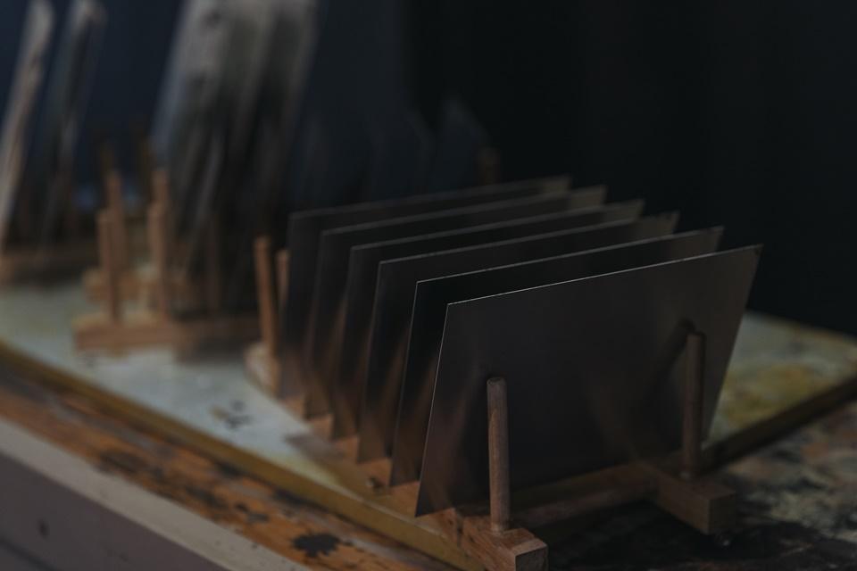 등대사진관 한쪽에 놓인 습판 사진들(뒷면)