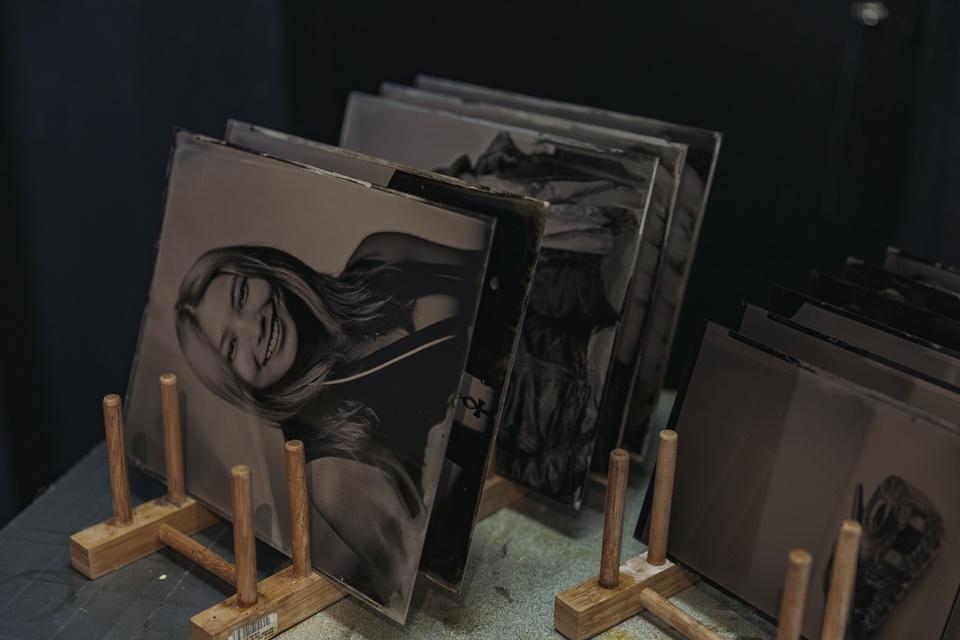 등대사진관 한쪽에 놓인 습판 사진들