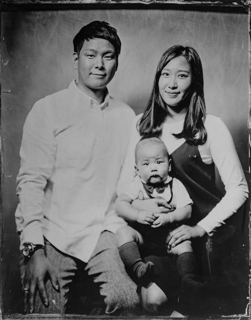 아이를 안고 있는 젊은 부부의 모습을 담은 습판 사진