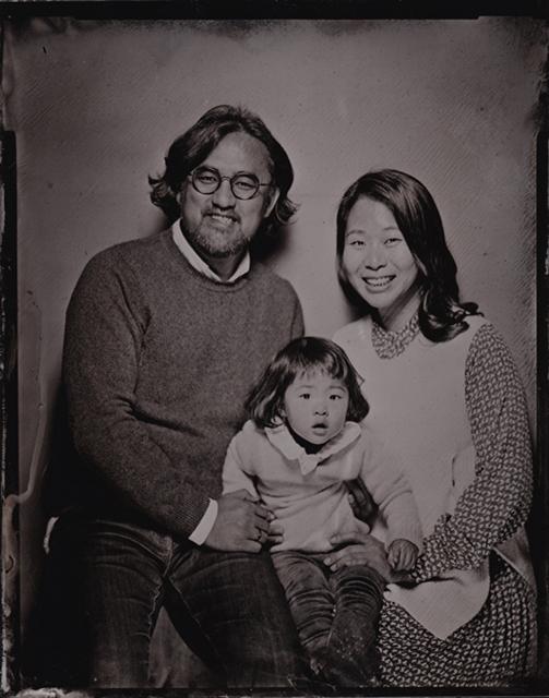 아이를 안고 있는 중년 부부의 모습을 담은 습판 사진