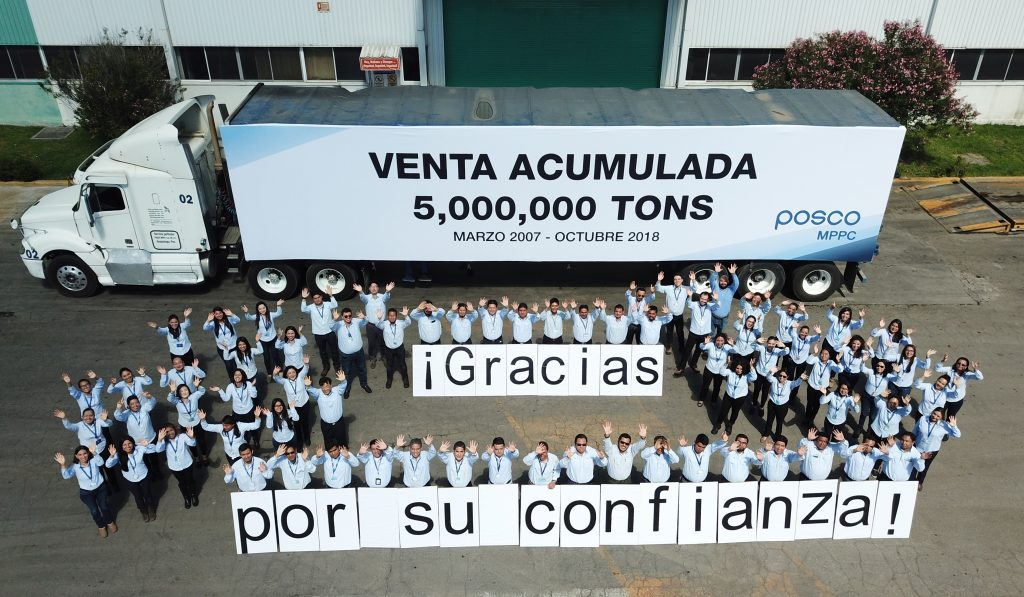 500만톤 판매분 선적식에서 포스코-MPPC 직원들이 기념촬영을 하고 있다.
