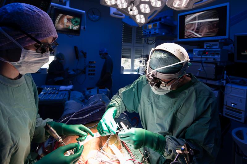 의사가 수술실 안에서 수술을 집도하고 있다.