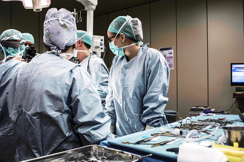 수술 중인 의료진의 모습.