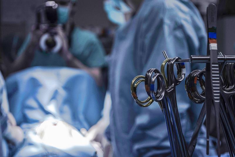 수술실 안에 수술 장비들이 있다.