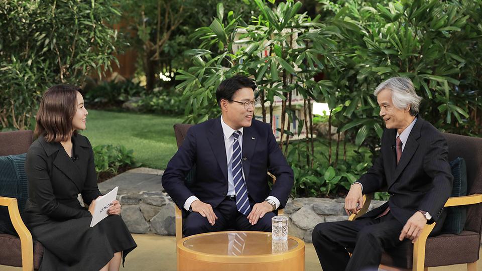 박지윤 아나운서, 포스텍 송호근 석좌교수와 최 회장이 사내 방송에서 이야기를 나누는 장면