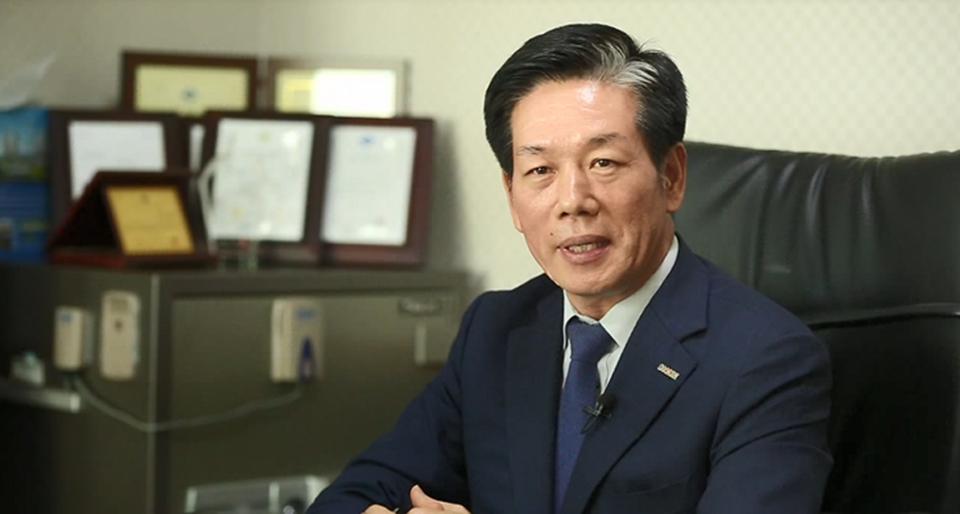 김상수 한승케미컬 대표가 스마트팩토리 지원 사업에 대해 만족감을 설명하고 있는 모습