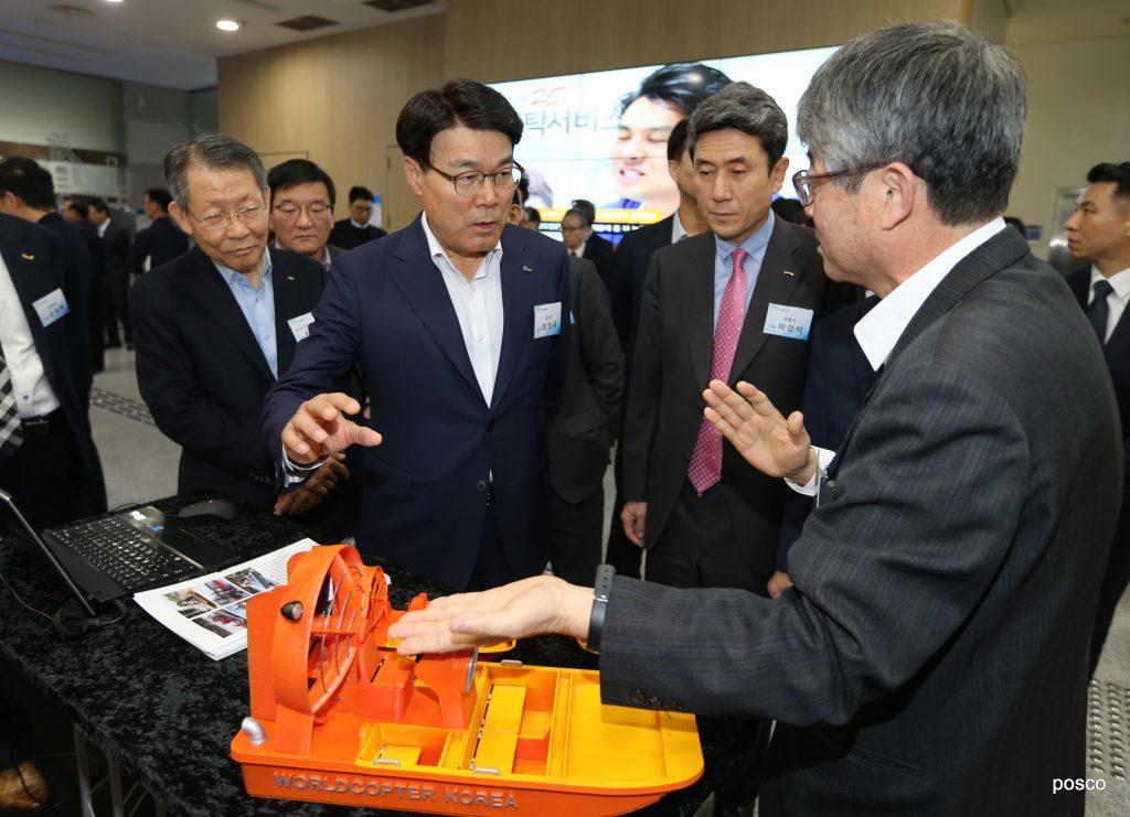 포스코가 11월 21일 포항시청에서 아이디어 마켓플레이스 행사를 개최했다. 최정우 회장과 이강덕 포항시장 등 참석자들이 시제품 전시존을 둘러보고 있다.