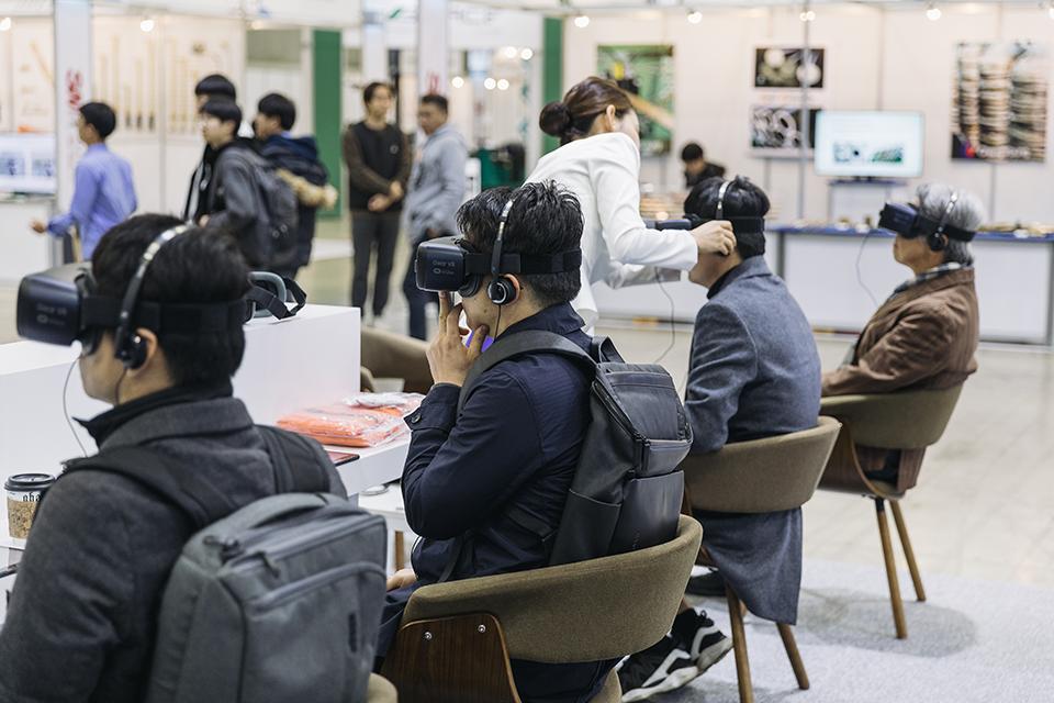 포스코 전시관 한쪽에 마련된 'With POSCO'존에서는 관람객이 제철 공정과 기가스틸 VR(가상현실)을 체험할 수 있었다