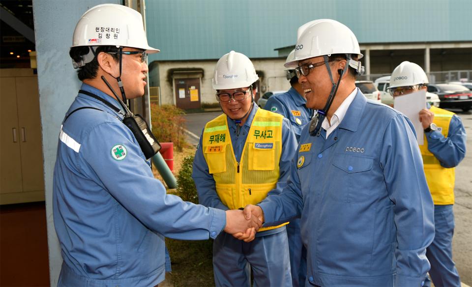 최정우 회장이 지난 10월 26일 광양제철소를 방문해 협력사 직원들을 격려하고 안전 조업을 당부했다