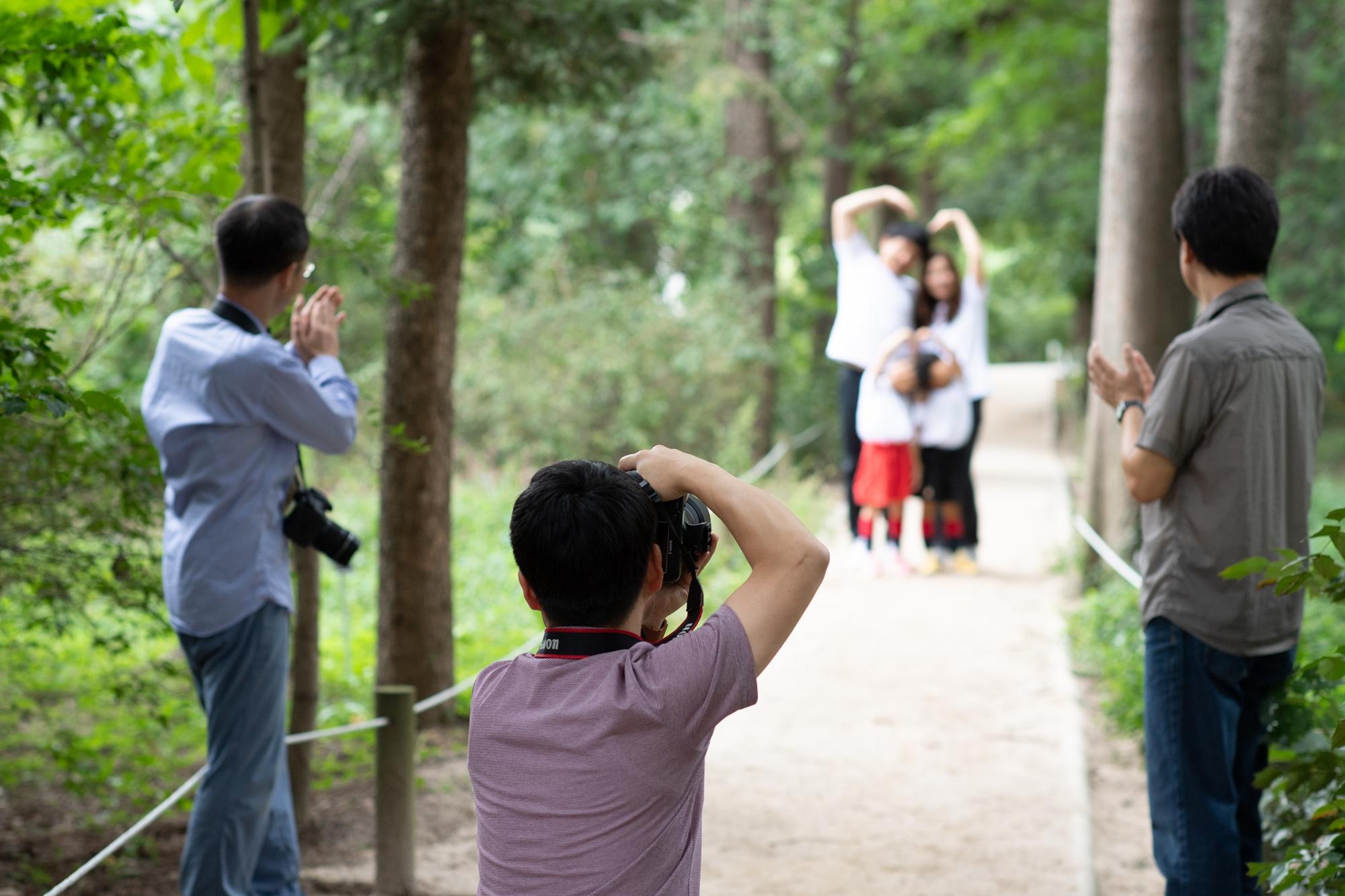 야외에서 사진을 찍어주고 있는 포스코 사진봉사단