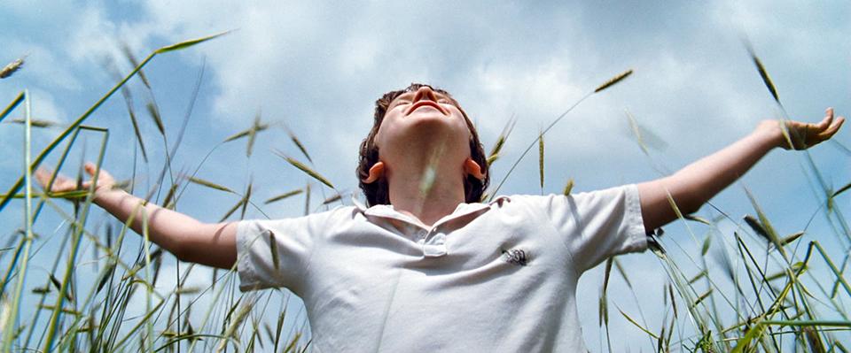 영화 어거스트 러쉬의 스틸 이미지 (출처:영화사 그램) 두 팔을 뻗고 있는 아이의 모습