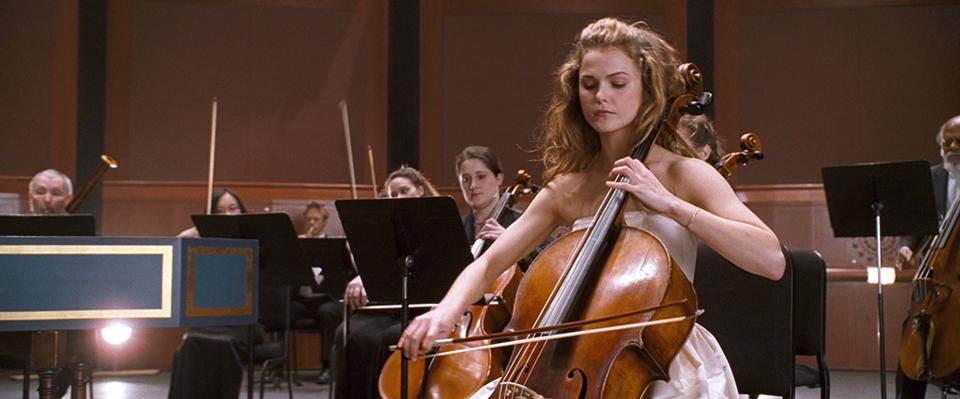 영화 어거스트 러쉬의 스틸 이미지 (출처:영화사 그램) 바이올린은 켜고 있는 여자의 모습