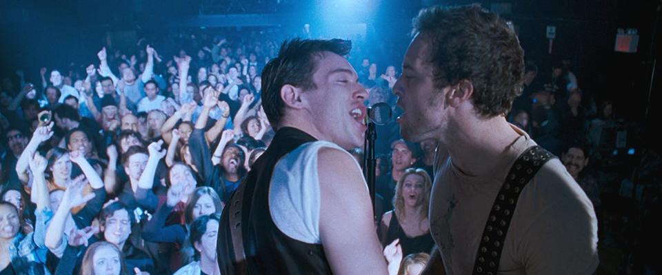 영화 어거스트 러쉬의 스틸 이미지 (출처:영화사 그램) 콘서트장에서 마이크에 노래를 부르고 있는 남자 둘