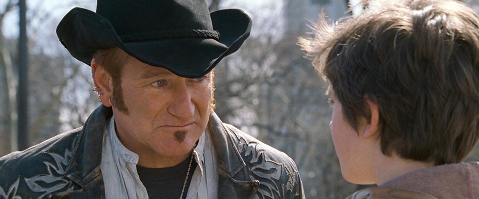 영화 어거스트 러쉬의 스틸 이미지 (출처:영화사 그램) 카우보이 모자를 쓴 아저씨가 아이와 이야기하는 모습