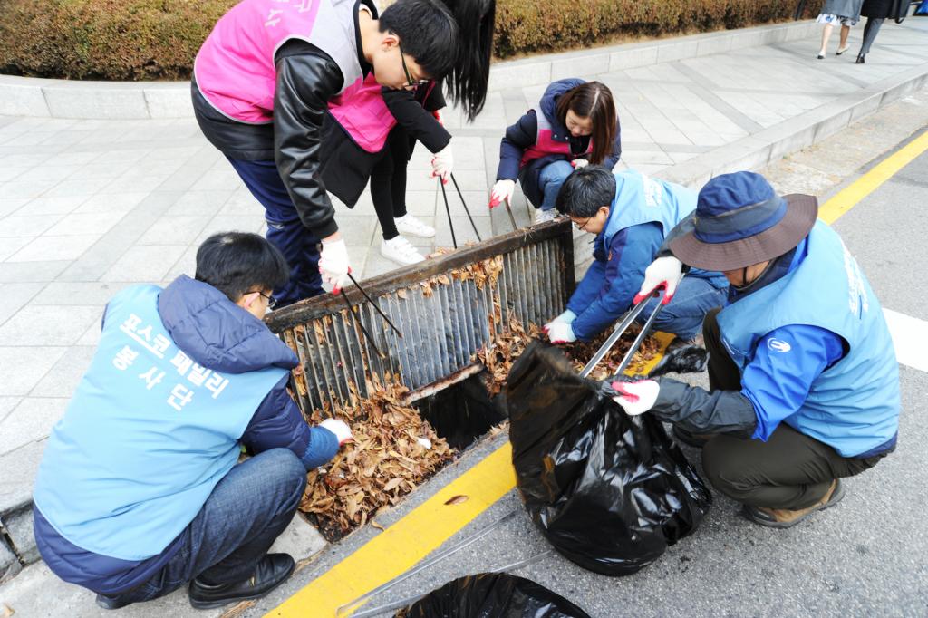 12월 1일 포스코 직원들이 포스코센터 주변의 하수구를 정리하고 있다.