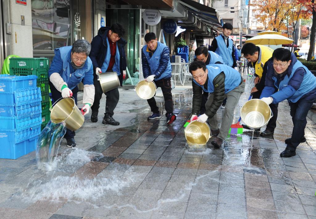 12월 1일 포스코 직원들이 포스코센터 주변 상가 거리를 물청소하고 있다.