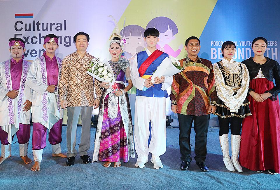 레곤 로열 크라카타우 호텔에서 한국과 인도네시아 전통공연 후 전통복장을 입고 꽃다발을 품고 찍은 사진