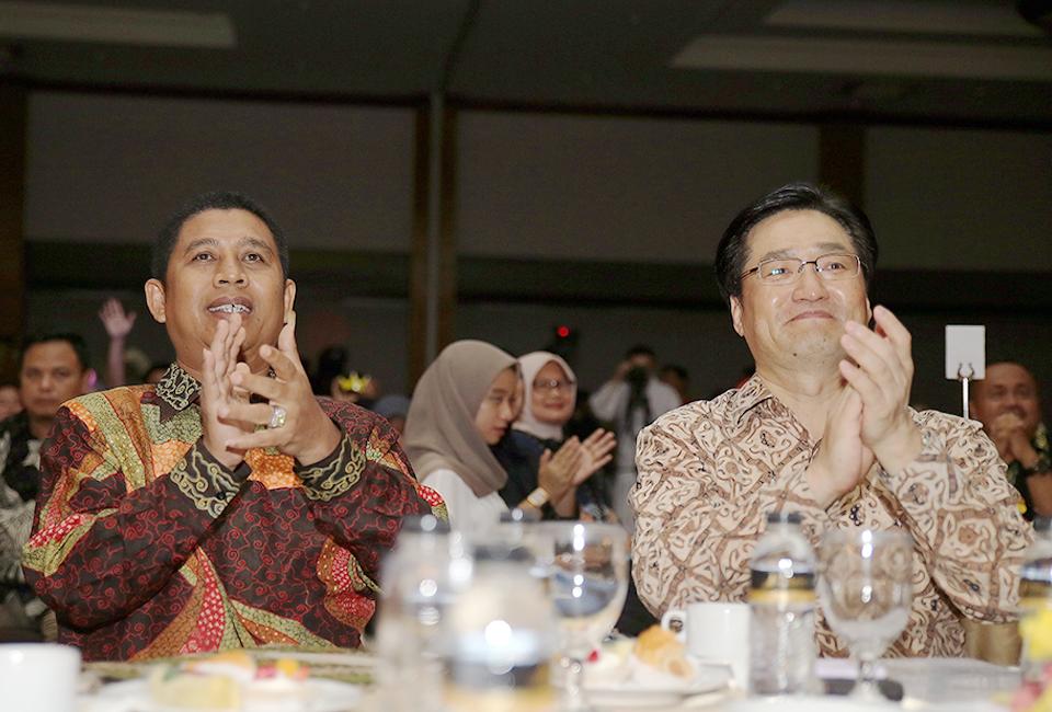 레곤 로열 크라카타우 호텔에서 한국과 인도네시아 전통공연 관람하는 양국 관계자 사진