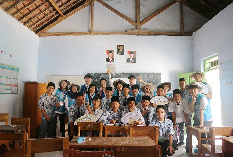 비욘드 12기 인도네시아 찔레곤 스틸 빌리지(Steel Village)- 교실에서 학생들과 봉사단원들이 부채를 들고 찍은 단체사진