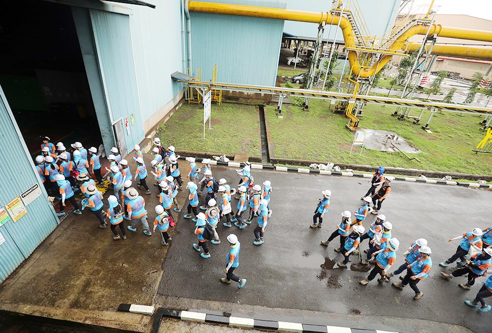 포스코와 인도네시아 국영 철강사 크라카타우스틸(PT.Krakatau Steel)과 합작으로 세워진 PT.KP를 견학하는 비욘드 12기