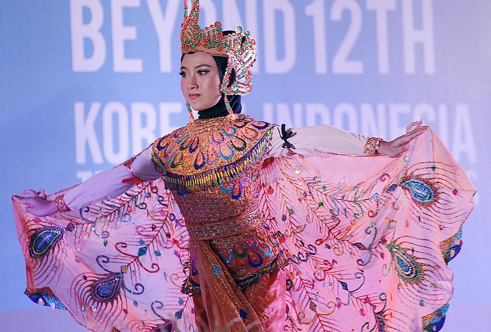 레곤 로열 크라카타우 호텔에서 인도네시아 전통공연 – 공작 깃털과 같은 화려한 전통의상을 입은 무용수