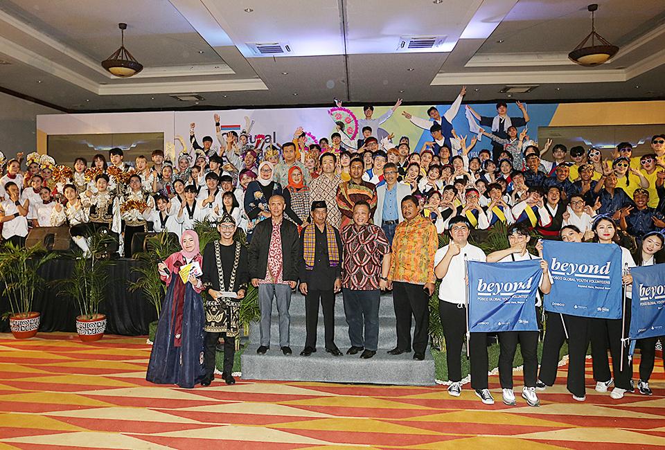 레곤 로열 크라카타우 호텔에서 한국과 인도네시아 전통공연 후  beyond 글자가 있는 깃발들고 찍은 단체사진