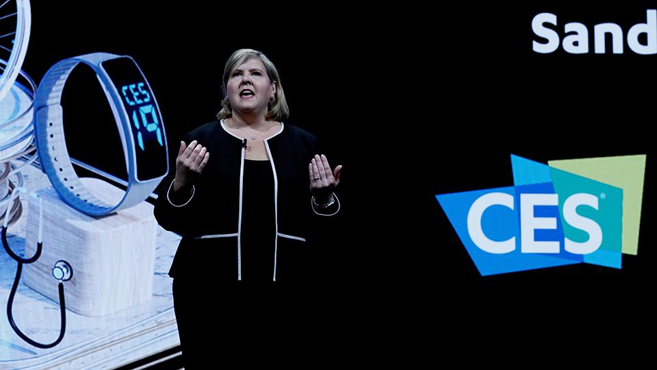 카렌 춥카(Karen Chupka) 미국소비자기술협회(CTA) 수석 부사장이 CES 2019에서 기조 연설을 하고 있는 모습