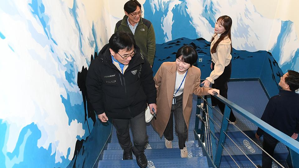 계단을 오르는 포스코 직원들