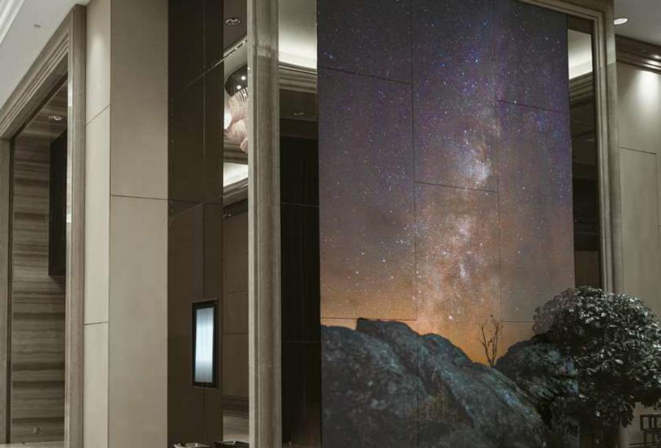 포스아트(PosART)- 건물 내부에 타일 형태에 하나의 이미지가 프린팅된 이미지