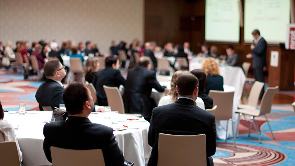 국제 회의- 다수의 외국인들이 원형테이블에서 회의하는 모습