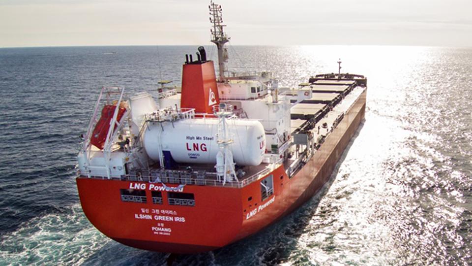 LNG(액화천연가스) 탱크용 신소재 '극저온용 고망간강'- 망망대해에 LNG 탱크가 있는 빨간선박