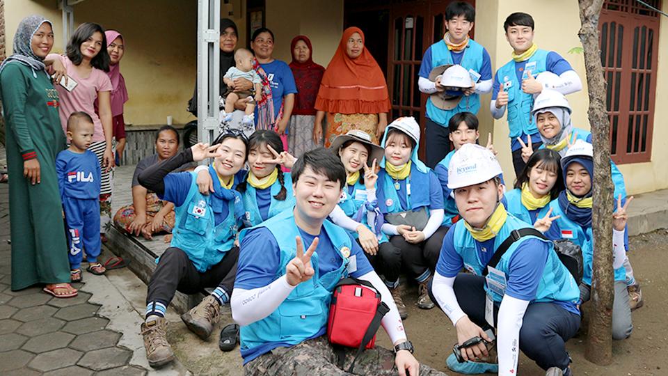 포스코 대학생봉사단 비욘드- 외국 봉사지역 현지인들과 봉사단원들 모습
