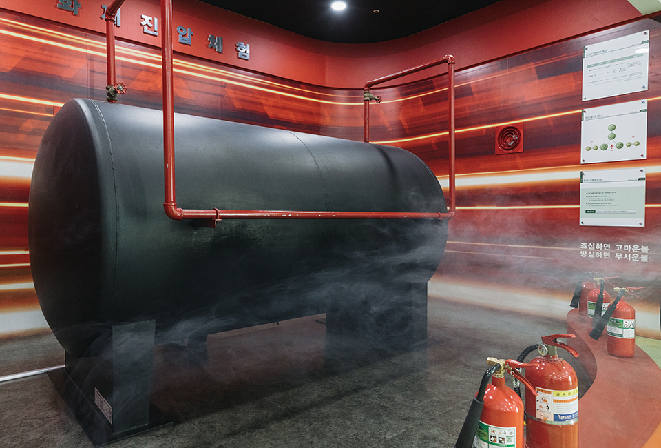 posco Global Safety Center- 화재진압체험 조심하면 고마운불 방심하면 무서운불이라고 벽면에 적혀있다