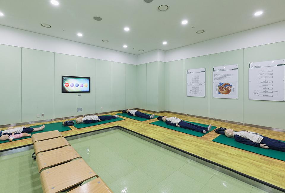 posco Global Safety Center- 심폐소생술을 체험할 수 있는 마네킹이 매트위에 놓여있다.