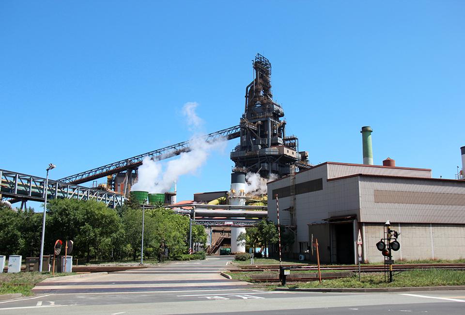 posco 공장이 돌아가면서 연기가 나오는 모습