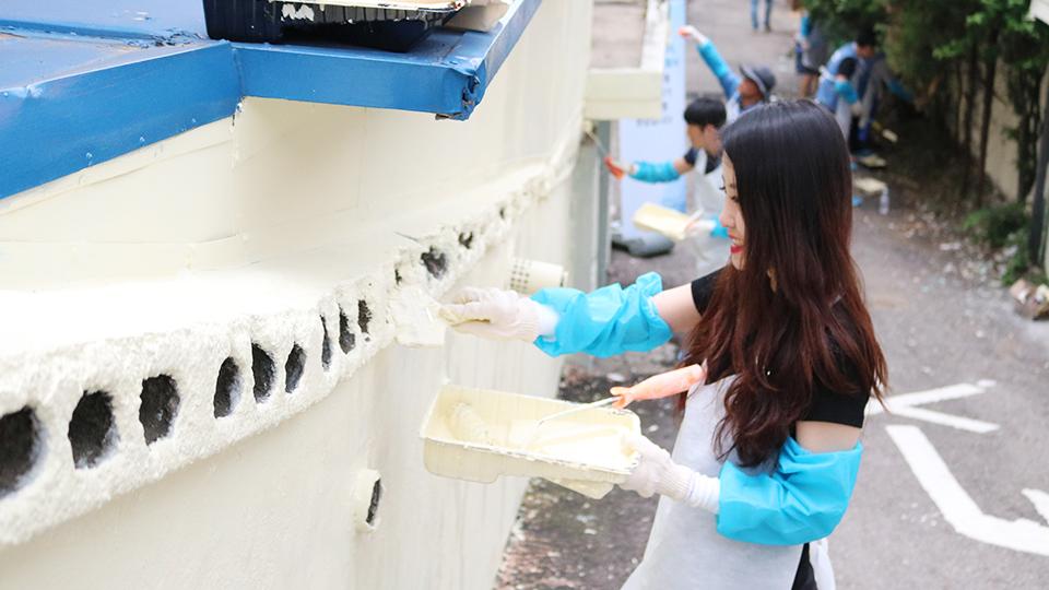 벽화봉사-봉사단원들이 병에 페인트칠하는 모습