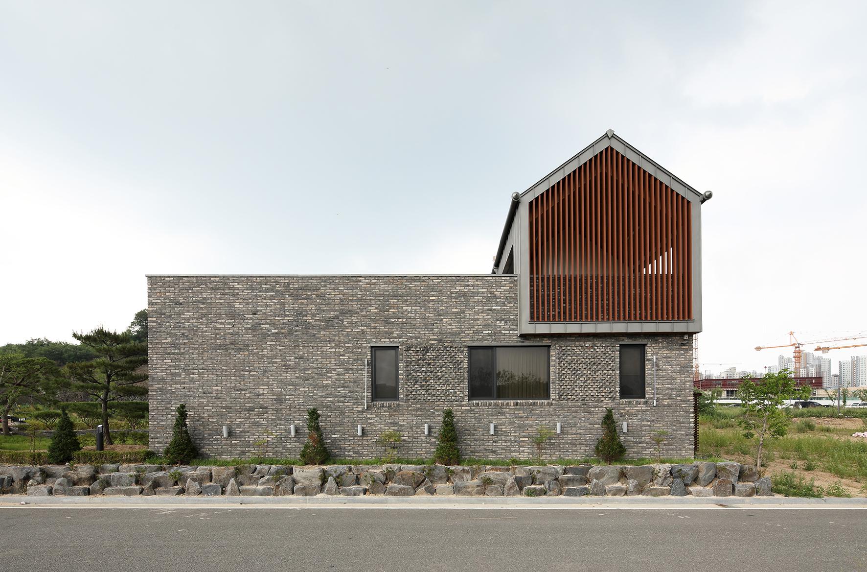 최우수상 삼마당집  벽돌로 된 외장재와 철로 된 지붕 모습