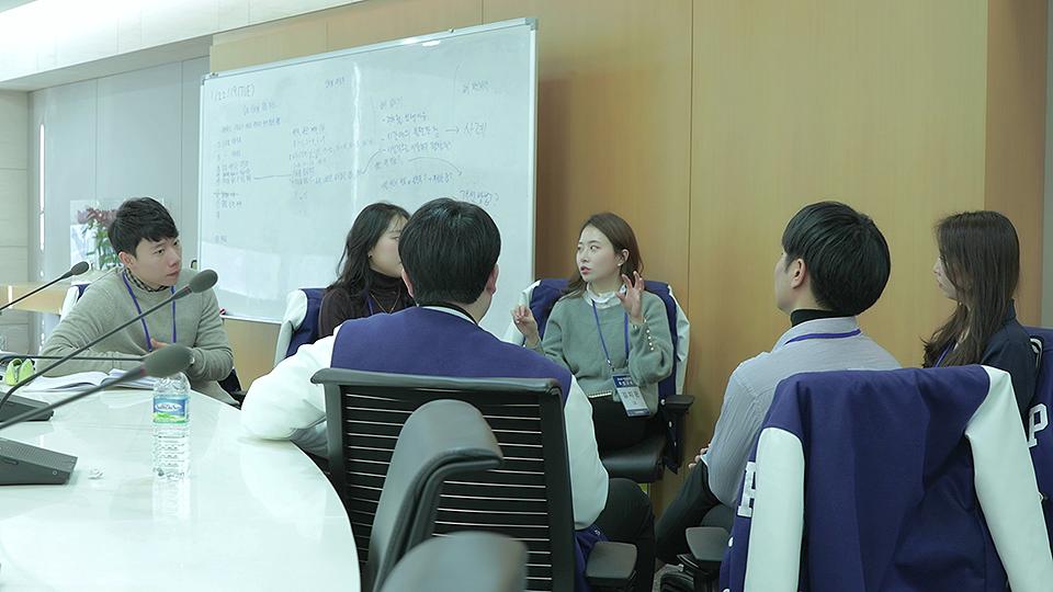 포스코 기업실무형 취업교육 3조 김지은씨가 같은 조원들과 의견을 나누고 있다.