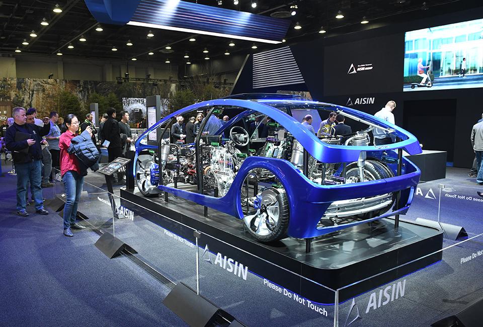 2019 디트로이트 모터쇼- AISIN Please Do Not Touch 차량 내부가 보이도록 전시된 차량을 관람객들이 촬영하는 모습