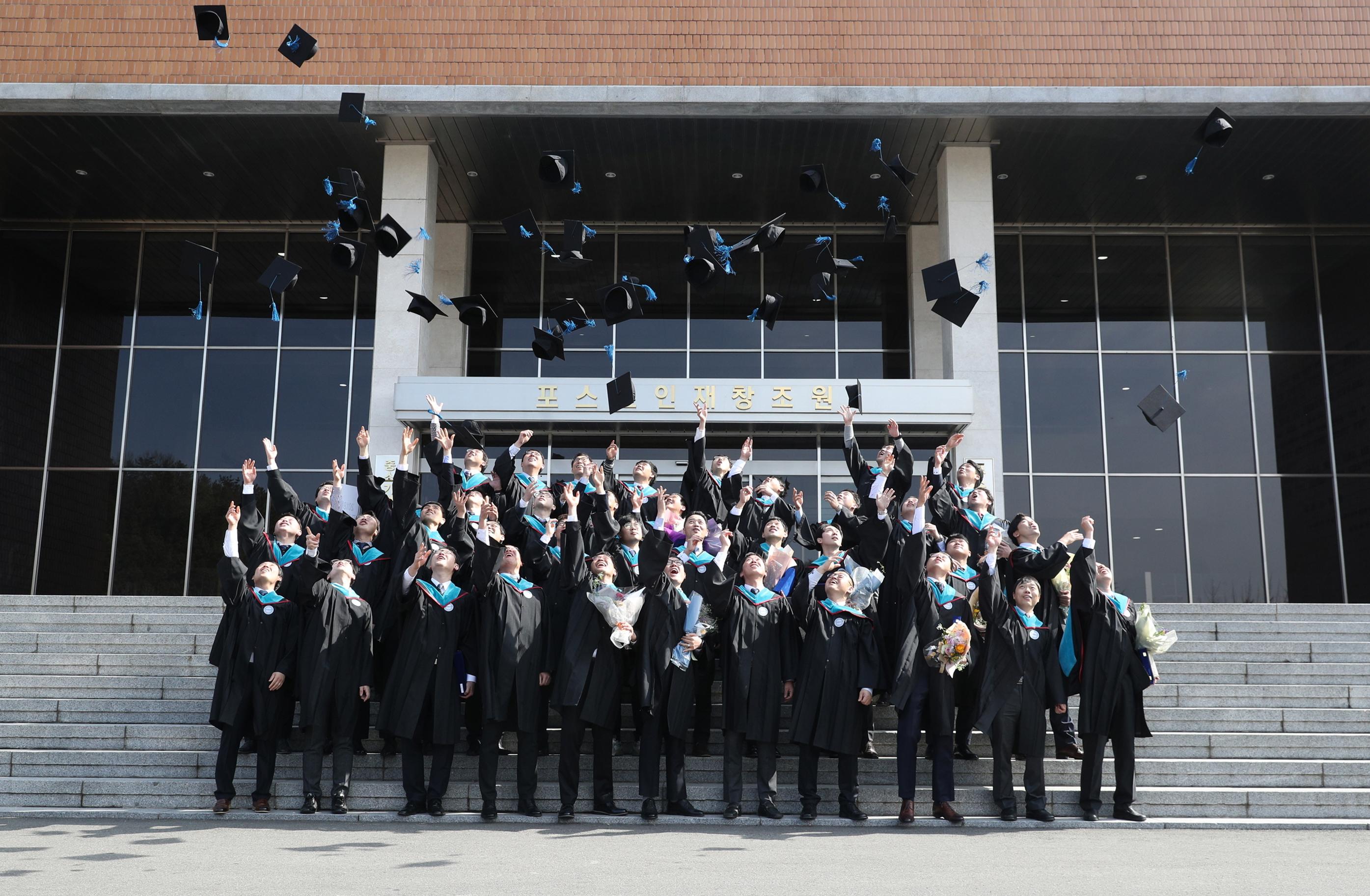 포스코기술대학이 2월 22일 포항 포스코인재창조원에서 학위수여식을 열고 4기 졸업생 40명을 배출했다.